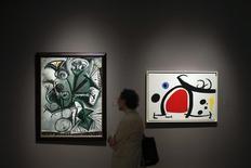 """Un hombre observa pinturas de Pablo Picasso durante una venta de arte en Nueva York. Imagen de archivo, 02 mayo, 2014. Pablo Picasso presumía al decir """"Dénme un museo y lo llenaré"""".  REUTERS/Eduardo Munoz"""