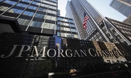 JP Morgan Chase & Co au rang des valeurs à suivre mercredi à New York. Un juge fédéral a estimé mardi que la banque n'échapperait pas à une action collective lancée par des investisseurs estimant avoir été trompés lors de la vente, intervenue avant la crise financière de 2007-2009, de 10 milliards de dollars de titres adossés à des crédits immobiliers. /Photo d'archives/REUTERS/Mike Segar