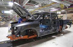 Un trabajador ensambla una camioneta al interior de una planta de Chrysler en Warren, EEUU, sep 25 2014. El crecimiento de la actividad fabril de Estados Unidos se moderó más de lo previsto en septiembre incluso a pesar de que se aceleró la expansión del empleo en el sector privado, pintando un cuadro de recuperación desigual en la economía estadounidense.   REUTERS/Rebecca Cook
