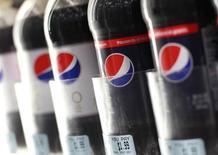 Botellas de Pepsi en una tienda en Nueva York. Imagen de archivo, 19 julio, 2010.  PepsiCo va a presentar un producto por primera vez exclusivamente en Amazon.com en un intento del fabricante de refrescos y aperitivos de expandir su huella en el comercio electrónico. REUTERS/Shannon Stapleton