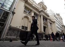 Um homem fala ao telefone enquanto passa em frente ao prédio do Banco Central da Argentina, em Buenos Aires. REUTERS/Marcos Brindicci