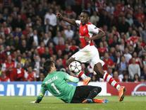Danny Welbeck chuta para marcar gol do Arsenal contra o Galatasaray.   REUTERS/Stefan Wermuth