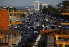 Les ventes de véhicules neufs aux Etats-Unis ont atteint au troisième trimestre leur plus haut niveau depuis huit ans, mais les chiffres mitigés des ventes de septembre publiés mercredi par les principaux constructeurs suggèrent un ralentissement à venir du marché après un été fructueux. /Photo d'archives/REUTERS/Eric Thayer