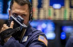 Трейдер на торгах Нью-Йоркской фондовой биржи 15 августа 2014 года. Американские фондовые индексы потеряли более одного процента в среду на фоне страхов, которые вызвала информация о первом случае заболевания вирусом Эбола в США, а экономическая статистика продемонстрировала скачкообразность роста. REUTERS/Brendan McDermid
