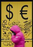 Прохожая у пункта обмена валют в Москве 3 марта 2014 года. Банк России исключает ограничения на движение капитала даже при стрессовом сценарии денежно-кредитной политики, предполагающем снижение цен на нефть до $60 за баррель, сказала глава ЦБ Эльвира Набиуллина, назвав вероятность такого сценария низкой. REUTERS/Maxim Shemetov