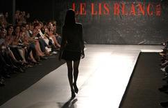 Foto de arquivo de Desfile da Le Lis Blanc no Crystal Fashion show, em Curitiba. 24/04/2007  REUTERS/Cesar Ferrari