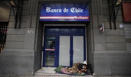 Un hombre duerme afuera de un Banco de Chile en el centro de Santiago. Imagen de archivo, 18 agosto, 2014. Las ganancias del sistema bancario chileno alcanzaron a 2.710 millones de dólares entre enero y agosto, un alza interanual del 32,16 por ciento, debido a un mejor resultado de sus operaciones financieras que fueron atenuados por una expansión de los créditos, dijo el jueves el regulador local. REUTERS/Ivan Alvarado