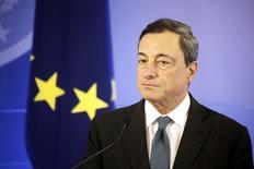 El presidente del Banco Central Europeo, Mario Draghi, habla durante una ceremonia en Vilnius. Imagen de archivo, 25 septiembre, 2014. El BCE está listo para usar herramientas de política no convencionales en caso de que sea necesario para contrarrestar el riesgo de una inflación demasiado baja por un período prolongado, dijo el jueves el presidente de la entidad, Mario Draghi. REUTERS/Ints Kalnins