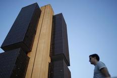 Homem passa perto do Banco Central do Brasil, em Brasília. REUTERS/Ueslei Marcelino