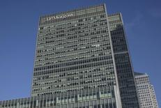 El edificio corporativo de JP Morgan en el distrito londinense de Canary Wharf, ene 28 2014. JPMorgan Chase & Co está cerca de anunciar la venta de parte de su unidad de materias primas físicas, una de las mesas de operaciones de futuros de petróleo y metales más importantes de Wall Street, a la casa de corretaje suiza Mercuria por 1.000 millones de dólares, informó el Wall Street Journal.  REUTERS/Simon Newman