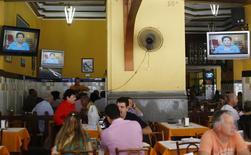 Programa eleitoral exibido em TVs de restaurante nos centro do Rio de Janeiro. 21/08/2014 REUTERS/Ricardo Moraes