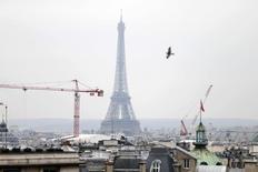 L'économie française demeurera en quasi-stagnation jusqu'à la fin de l'année et démarrera 2015 sans élan, selon les dernières projections de l'Insee publiées jeudi, qui hypothèquent la prévision d'une croissance de 1% l'an prochain retenue par le gouvernement pour bâtir le projet de loi de finances. /Photo prise le 17 mars 2014/REUTERS/Charles Platiau