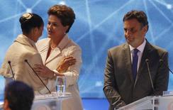 Dilma Rousseff (PT) cumprimenta Marina Silva (PSB) enquanto é observada por Aécio Neves (PSDB) antes de primeiro debate entre candidatos à Presidência. 26/08/2014. REUTERS/Paulo Whitaker