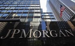 JP Morgan Chase & Co a révélé jeudi que les noms, adresses, numéros de téléphone et adresses électroniques de 83 millions de ses clients - 76 millions de ménages et sept millions de petites et moyennes entreprises - avaient été exposés lors d'un piratage informatique dont la banque a été victime cet été. /Photo d'archives/REUTERS/Mike Segar