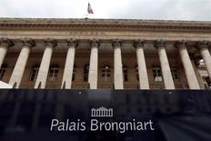 Les principales Bourses européennes ont ouvert vendredi en hausse, opérant un rebond après leur plus fort recul depuis plusieurs mois enregistré la veille à la suite des annonces jugées décevantes de la BCE. Le CAC 40 parisien gagnait 0,65% à 4.270,06 points peu après l'ouverture. /Photo d'archives/REUTERS/Charles Platiau