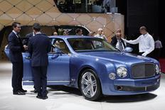 Visitors look at a Bentley Mulsanne car displayed on media day at the Paris Mondial de l'Automobile, October 2, 2014. REUTERS/Benoit Tessier