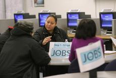 Pessoas buscam trabalho em centro de empregos em San Francisco. 04/02/2010 REUTERS/Robert Galbraith/Arquivo