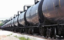 Un tren trasportador de petróleo pasa por una instalación en Fuerte Laramie. Imagen de archivo, 15 julio, 2014. Las exportaciones de petróleo estadounidense alcanzaron un máximo de 388.818 barriles por día en agosto, según datos del viernes de la Oficina del Censo de Estados Unidos. REUTERS/Rick Wilking