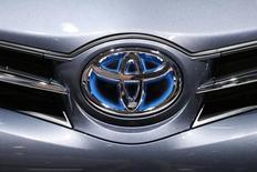 En la imagen, el logo de Toyota en un auto, en una foto tomada en París. Toyota Motor Corp planea una parada de la producción el lunes por la mañana en doce de sus plantas en Japón como consecuencia de los efectos de un tifón sobre la zona, dijo el domingo el portavoz Ryo Sakai. REUTERS/Benoit Tessier