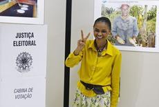 A candidata à Presidência Marina Silva (PSB) faz o sinal da vitória ao votar em Rio Branco (AC). Foto de 5 de outubro. REUTERS/Sergio Moraes