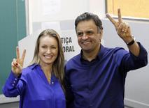 Candidato do PSDB à Presidência, Aécio Neves, posa para fotos ao lado da esposa Leticia Weber após votar em Belo Horizonte (MG). 5/10/2014 REUTERS/Washington Alves