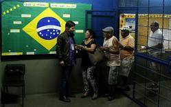 Moradores comparecem a seção eleitoral no Rio de Janeiro (RJ). 05/10/2014 REUTERS/Pilar Olivares