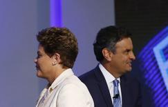 """Кандидаты в президенты Бразилии Дилма Руссеф (слева) и Аэсиу Невес на Рио-де-Жанейро 2 октября 2014 года. """"Левый"""" президент Бразилии Дилма Руссеф стала первой на состоявшихся в воскресенье президентских выборах, но не получила достаточно голосов, чтобы избежать второго тура, и 26 октября ей придется сразиться с поддерживающим деловые круги соперником Аэсиу Невесом. REUTERS/Ricardo Moraes"""