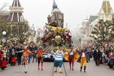 L'opérateur de parcs à thème Euro Disney annonce lundi un plan de recapitalisation d'un milliard d'euros soutenu et garanti par sa maison mère Walt Disney face à une détérioration de sa situation financière sur fond de recul de la fréquentation. /Photo d'archives/REUTERS/Benoît Tessier