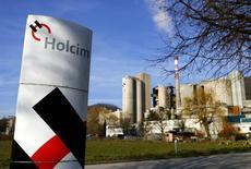 El logo de Holcim visto frente a la planta de cemento en Eclepens cerca de Lausanne. Imagen de archivo, 25 febrero, 2014. La gigante cementera suiza dijo el lunes que aún no ha recibido el pago final de compensación por la nacionalización de sus operaciones en Venezuela en el 2008. REUTERS/Denis Balibouse