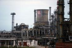 Вид на НПЗ Лукойла в Плоешти 2 октября 2014 года. Российский нефтедобытчик Лукойл возобновил работу своего НПЗ Petrotel в Румынии, который ранее был остановлен после визита следователей, сообщила компания во вторник. REUTERS/Bogdan Cristel