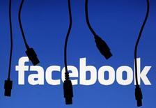 Facebook est à suivre mardi sur les marchés américains. après l'annonce du bouclage de son rachat de la messagerie instantanée sur mobile WhatsApp. /Photo prise le 23 septembre 2014/REUTERS/Dado Ruvic