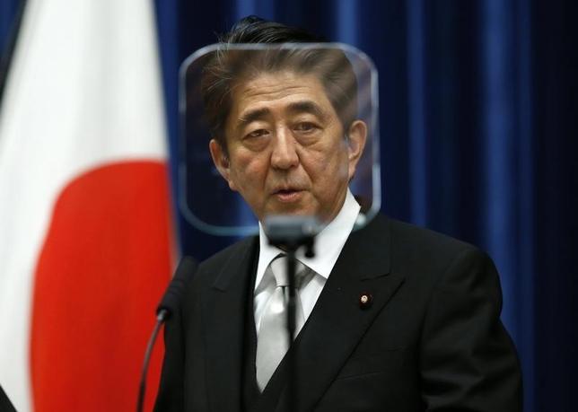10月7日、IMFは世界経済見通しで、今年の日本の経済成長率予想を0.9%として引き下げた。写真は安倍晋三首相。首相官邸で9月撮影(2014年 ロイター/Yuya Shino)