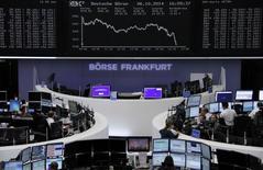 Un grupo de operadores en sus puestos de trabajo en la bolsa de Comercio de Fráncfort, oct 6 2014. Las acciones europeas cayeron el martes a un mínimo de un mes y medio, luego de que el Fondo Monetario Internacional recortó sus estimaciones de crecimiento para las tres economías más grandes de la zona euro y por un informe de la producción industrial alemana que arrojó un dato menor al esperado.    REUTERS/Remote/Stringer
