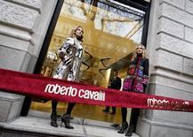 Модели у бутика Roberto Cavalli в Будапеште 24 ноября 2008 года. Российский ВТБ Капитал внес денежные средства для обеспечения сделки по покупке большей части итальянского модного дома Roberto Cavalli к ноябрю, сообщили Рейтер два источника. REUTERS/Laszlo Balogh