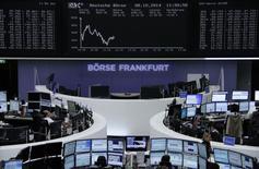 Les Bourses européennes sont dans le rouge mercredi à la mi-séance. À Paris, le CAC 40 recule de 0,4% à 4.192,50 points vers 11h00 GMT. À Francfort, le Dax perd 0,48% et à Londres, le FTSE cède 0,23%. /Photo prise le 8 octobre 2014/REUTERS