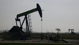 Un extractor de petróleo en un campo de crudo cerca de Gaenserndorf. Imagen de archivo, 8 abril, 2014.  El crudo Brent cayó el miércoles por debajo de los 91 dólares por barril, su menor nivel desde junio del 2012, debido a que pronósticos de un menor crecimiento económico generaron preocupaciones sobre la demanda global de petróleo en momentos de abundante suministro. REUTERS/Leonhard Foeger