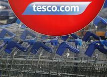 Des baisses de prix devraient faire revenir les consommateurs dans les enseignes de Tesco mais son nouveau directeur général devra s'armer de patience avant de regagner les parts de marché perdues par le premier distributeur britannique.  /Photo prise le 22 septembre 2014/REUTERS/Luke MacGregor