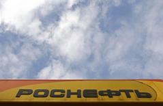 Логотип Роснефти на заправке компании в Санкт-Петербурге 23 октября 2012 года. Роснефть предложила индийской Oil and Natural Gas Corp (ONGC) доли в двух сибирских месторождениях, сообщили два осведомленных источника в Индии. REUTERS/Alexander Demianchuk