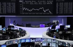 Vista interior de la Bolsa de Frankfurt. Imagen de archivo, 7 octubre, 2014. Las bolsas europeas rebotaban en las primeras operaciones del jueves desde sus mínimos en dos meses registrados en la víspera ante las expectativas de que la Reserva Federal de Estados Unidos mantenga las tasas de interés en niveles bajos durante un tiempo prolongado. REUTERS/Remote/Stringer