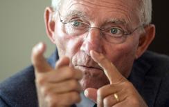 El ministro de Finanzas alemán, Wolfgang Schaeuble, durante una entrevista con Reuters en Berlín. Imagen de archivo, 16 septiembre, 2014. Schaeuble, dijo el jueves que el débil crecimiento económico de la zona euro no puede resolverse con medidas adicionales de estímulo fiscal y descartó las perspectivas de una recesión en la mayor economía de Europa.  REUTERS/Hannibal Hanschke