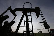 Le cours du baril de pétrole Brent est tombé jeudi sous le seuil symbolique de 90 dollars, au plus bas depuis juin 2012, la dégradation de la conjoncture en Europe et l'augmentation des stocks aux Etats-Unis continuant de tirer le marché à la baisse. /Photo prise le 9 septembre 2014/REUTERS/Vincent Kessler