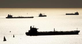 """Танкеры в гавани Марселя 27 октября 2010 года. Южнокорейский машиностроительный концерн Samsung Heavy Industries Co. может построить три арктических танкера для находящейся под санкциями Запада нефтедобывающей """"дочки"""" Газпрома, сообщили Рейтер несколько источников, знакомых с деталями сделки. REUTERS/Jean-Paul Pelissier"""