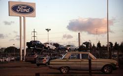 Ford à suivre sur les marchés américains. L'action du constructeur perd 1,2% en avant-Bourse, après que le groupe a fait part d'une baisse de 0,2% de ses ventes en septembre en Chine. /Photo prise le 22 mai 2014/REUTERS/Marcos Brindicci