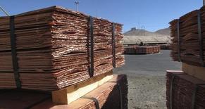 Láminas de cobre en un depósito dentro de la mina Zaldivar de Barrick en la región de Antofagasta. Imagen de archivo, 15 abril, 2013. Los precios del cobre caían el viernes y revertían las ganancias de la sesión previa, presionados por el fortalecimiento del dólar y crecientes preocupaciones por el panorama para el crecimiento económico global. REUTERS/Julie Gordon