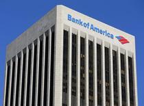 El logo de Bank of America visto en un edificio en Los Ángeles, California. Imagen de archivo, 15 enero, 2014.  Cuando militantes iraquíes avanzaban hacia Bagdad con fusiles M-1 y tanques robados en junio, la mayoría de los inversores y operadores en los inquietos mercados petroleros creyeron que los precios del petróleo subirían aún más. REUTERS/Mike Blake