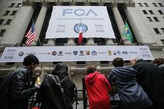A l'entrée du New York Stock Exchange, lundi. Fiat Chrysler Automobiles (FCA) a fait lundi ses débuts à Wall Street, une cotation qui symbolise le déplacement du centre de gravité vers les Etats-Unis du septième constructeur automobile mondial. /Photo prise le 13 octobre 2014/REUTERS/Eduardo Munoz