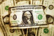 Долларовые купюры в Торонто 22 октября 2008 года. Курс доллара снижается, потому что нежелание рисковать заставляет инвесторов покупать иену. REUTERS/Mark Blinch