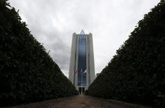 Вид на штаб-квартиру Газпрома в Москве 27 июня 2014 года. Крупнейший в мире производитель природного газа Газпром увеличил чистую прибыль в первом полугодии 2014 года на 23 процента до 450 миллиардов рублей, сообщил концерн в отчете по МСФО. REUTERS/Sergei Karpukhin