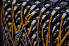 Провода, ведущие к суперкомпьютеру в Центре Конрада Цузе в Берлине 13 августа 2013 года. Российские хакеры использовали бреши в системе защиты Microsoft Windows и ряда других программ, чтобы следить за компьютерами, использовавшимися в структурах НАТО, Европейского союза, на Украине и в компаниях энергетического и телекоммуникационного секторов, сообщила американская компания iSight Partners. REUTERS/Thomas Peter