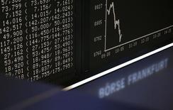Вид на табло фондовой биржи во Франкфурте-на-Майне 17 октября 2013 года. Европейские фондовые рынки снижаются вслед за Уолл-стрит, потому что инвесторы опасаются за состояние мировой экономики. REUTERS/Kai Pfaffenbach